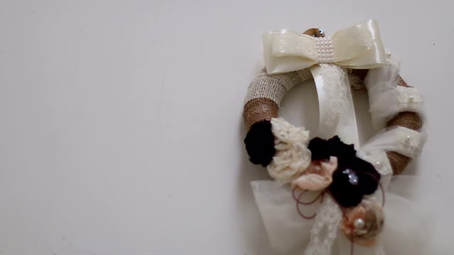 hochzeit-kranz - dekorative kunst stock-videos und b-roll-filmmaterial