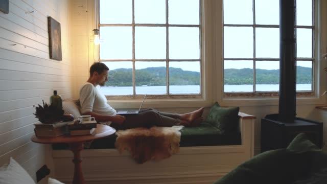 vídeos de stock e filmes b-roll de weekend getaway at the cabin - aconchegante