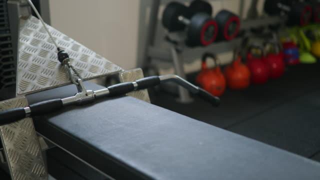 stockvideo's en b-roll-footage met gewicht apparatuur - fitnessapparaat