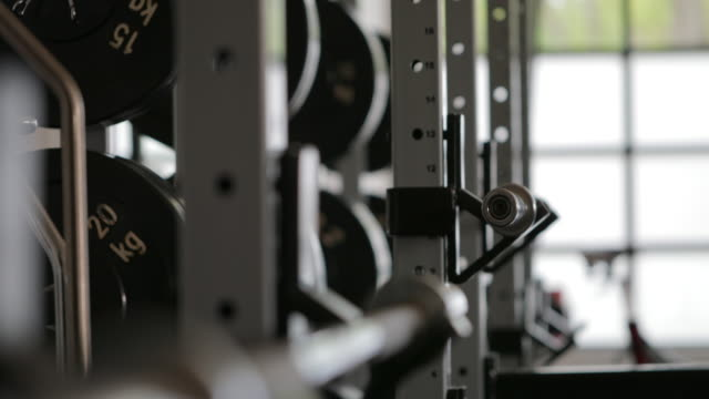 vídeos de stock e filmes b-roll de weight equipment - aparelho de musculação