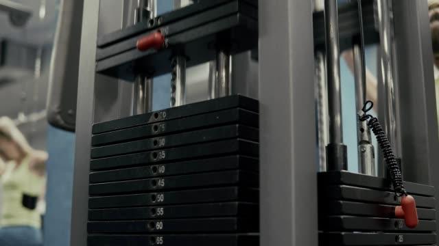 vídeos y material grabado en eventos de stock de peso cae en la máquina del bloque en gimnasio - entrenamiento con pesas