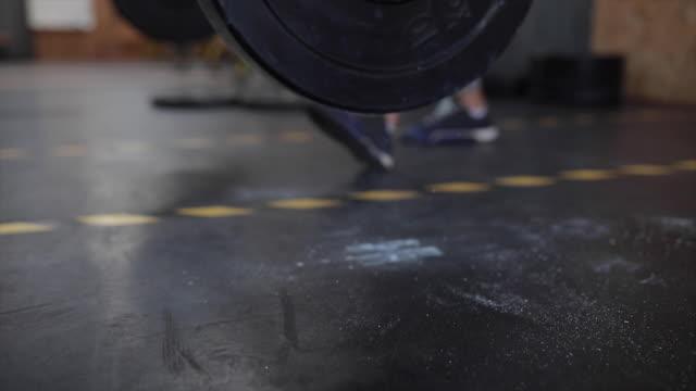 gewicht auf turnhalle boden fallen - gewichtstraining stock-videos und b-roll-filmmaterial