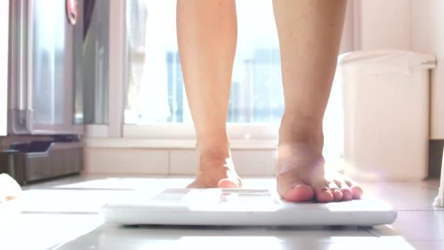 무게 규모 - 몸매 관심 스톡 비디오 및 b-롤 화면