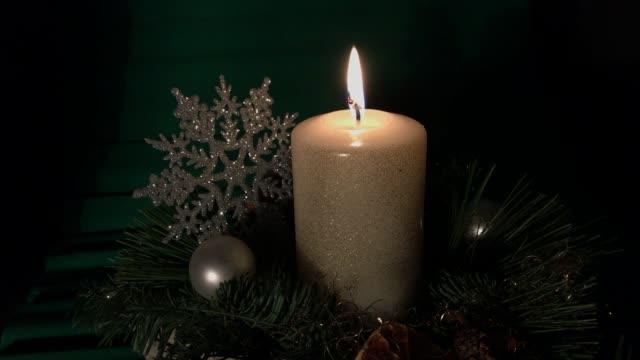weihnachtsgesteck mit kerze - 降臨節点の映像素材/bロール