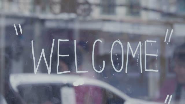 välkommen skylt på dörren - välkommen bildbanksvideor och videomaterial från bakom kulisserna