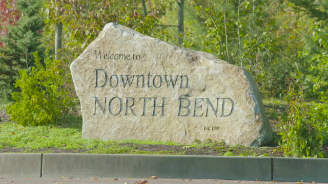 vidéos et rushes de bienvenue à downtown north bend washington monument en pierre signe - nord