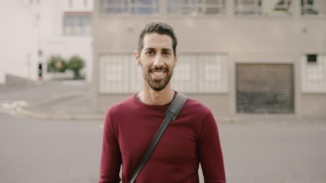 välkommen till min stad, låt mig visa dig runt - endast en man bildbanksvideor och videomaterial från bakom kulisserna