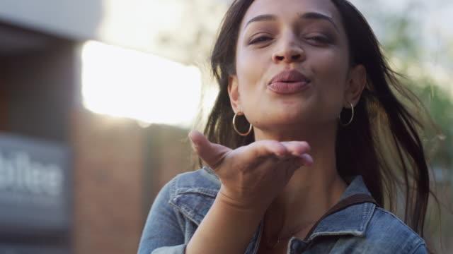 välkommen till vår stad! - blåsa en kyss bildbanksvideor och videomaterial från bakom kulisserna