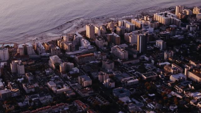 vídeos de stock, filmes e b-roll de bem-vindo à cidade grande à beira-mar - sol nascente horizonte drone cidade