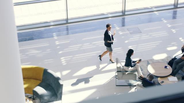 vídeos de stock e filmes b-roll de welcoming the new business team - no alto