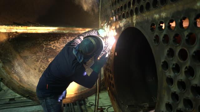 welder at work in boiler industry. - elektroda filmów i materiałów b-roll
