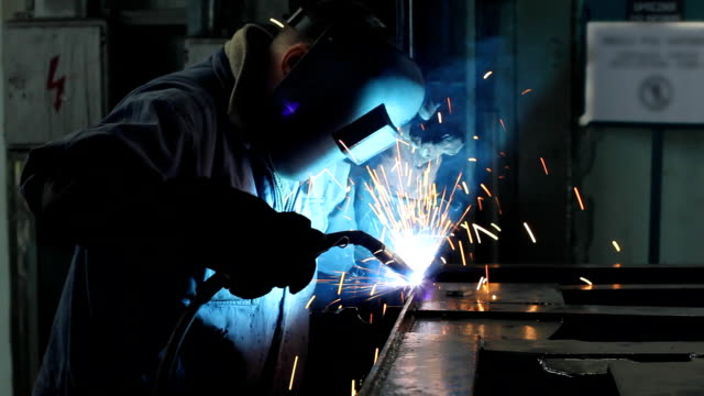 stockvideo's en b-roll-footage met welder at work in metal industry - lassen