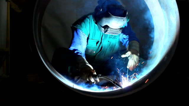 stockvideo's en b-roll-footage met welder at work - lassen