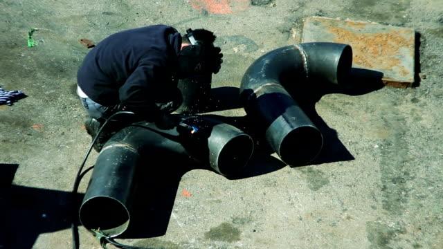 vídeos y material grabado en eventos de stock de soldador en el trabajo - sparks