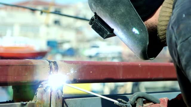 vídeos y material grabado en eventos de stock de soldador en el trabajo, soldadura - sparks