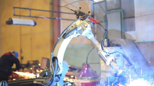saldatore robot - metal robot in logistic factory video stock e b–roll