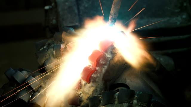welder welds the parts of the metal structure. - elektroda filmów i materiałów b-roll