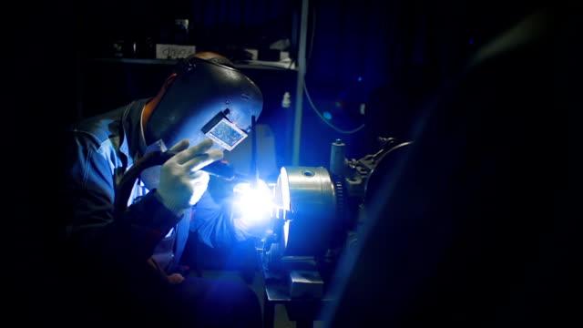 stockvideo's en b-roll-footage met lasser werken met lassen - metaalbewerking