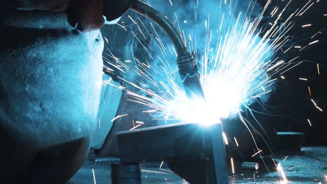 stockvideo's en b-roll-footage met het beeld van het lassen in metaalfabricageworkshop - ijzer