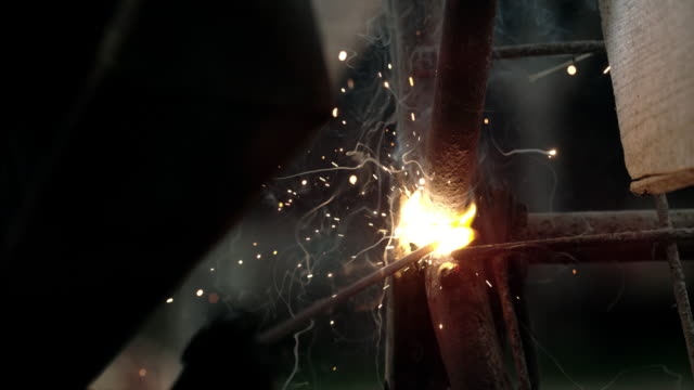slo mo welding in close up shot - metallurgia video stock e b–roll