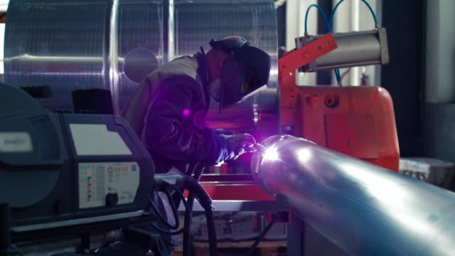 vídeos de stock, filmes e b-roll de trabalho de soldagem; soldador de solda material metálico - soldar