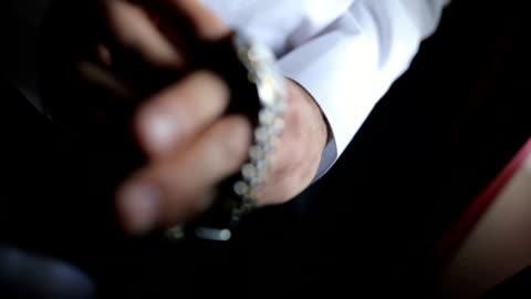 gut gekleideten mann, dass seine armbanduhr - eleganz stock-videos und b-roll-filmmaterial