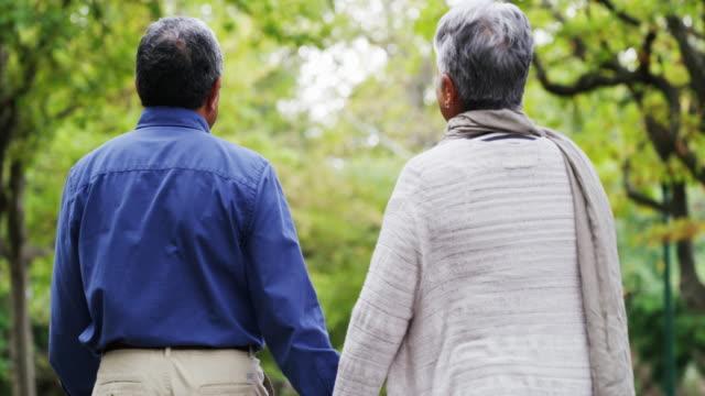 vi kommer aldrig gå i pension från varandra - senior walking bildbanksvideor och videomaterial från bakom kulisserna
