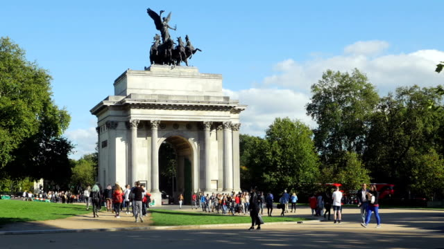 wellington arch in london near hyde park (4k/uhd to hd) - london architecture stock videos & royalty-free footage