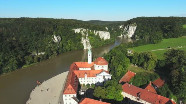 stockvideo's en b-roll-footage met weltenburg abdij op de donau in beieren - klooster