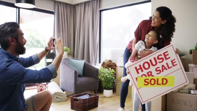 vídeos y material grabado en eventos de stock de ¡ somos los orgullosos dueños! - propiedad inmobiliaria