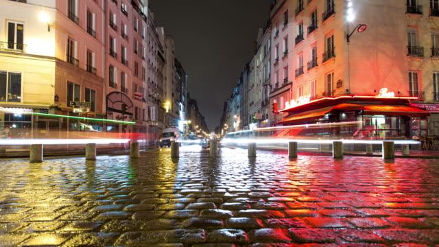 våta kullerstenar på regnigt paris natt - tidsfördröjning - stadsgata bildbanksvideor och videomaterial från bakom kulisserna