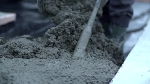 calcestruzzo umido in cantiere - calcestruzzo video stock e b–roll