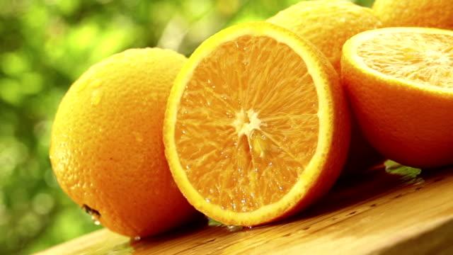 「Wet (ウェット)」の新鮮なオレンジのテーブル回転 ビデオ