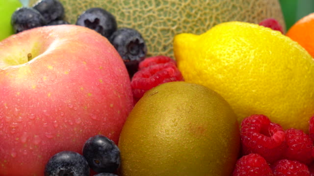vídeos de stock e filmes b-roll de wet mix fruit rotating with macro shot - saladeira
