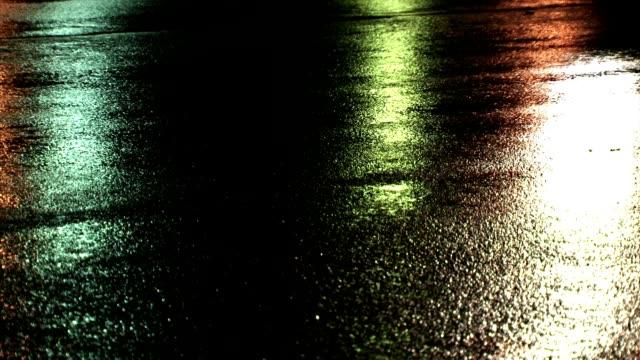 vídeos de stock e filmes b-roll de molhado estrada à noite, carros de condução (full hd - carro na rua