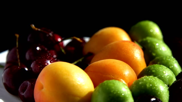 vídeos de stock e filmes b-roll de wet summer fruits are turning on turntable - damasco fruta