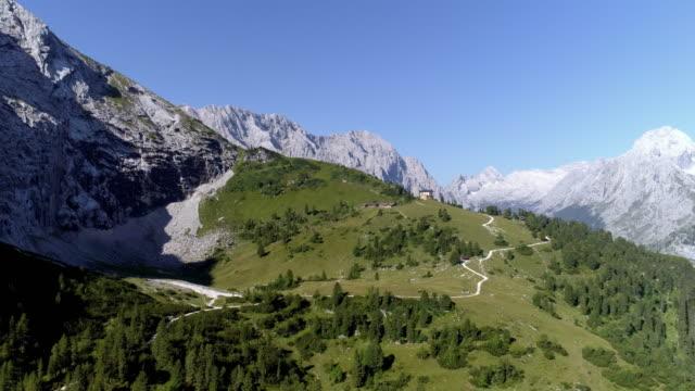 wettersteingebirge und des königs haus am schachen in bayern - alpen stock-videos und b-roll-filmmaterial