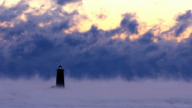 whaleback licht im arktischen meer rauch - leuchtturm stock-videos und b-roll-filmmaterial
