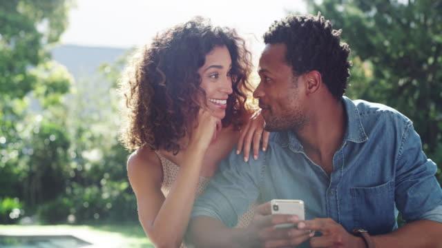 vídeos de stock e filmes b-roll de what a great day outside with my love - casal jovem
