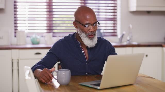 из чего сделаны расслабляющие пенсии - зрелый возраст стоковые видео и кадры b-roll