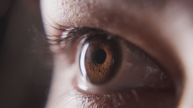quello che prova la tua anima, i tuoi occhi dicono - curiosità video stock e b–roll