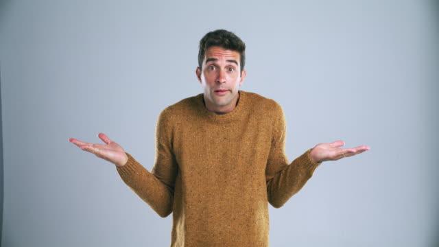 vídeos de stock e filmes b-roll de what's a guy to do? - homem casual standing sorrir