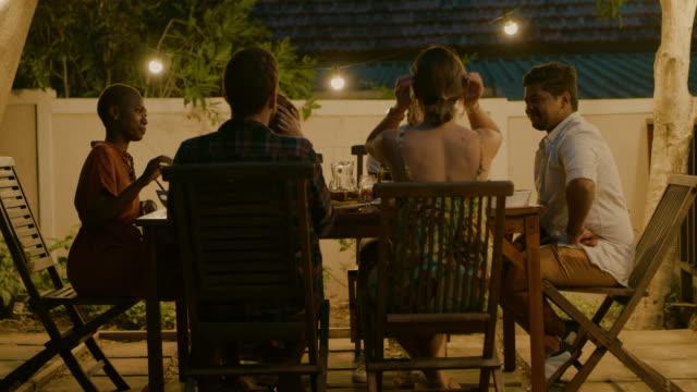 素晴らしいディナーパーティーのない週末は何ですか ビデオ