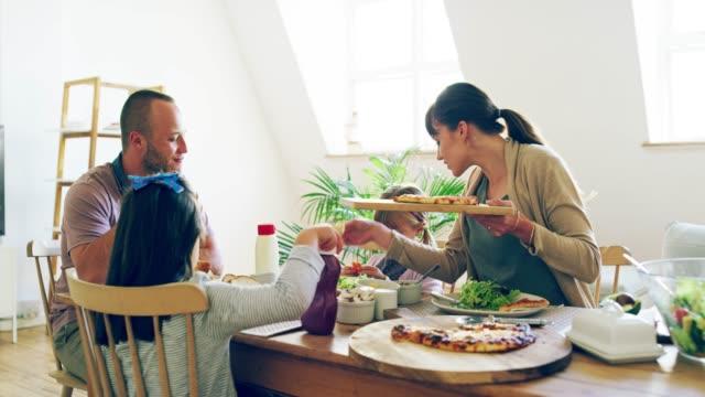 vídeos y material grabado en eventos de stock de ¿qué es alimento si no se pueden compartir con la familia? - cena familiar