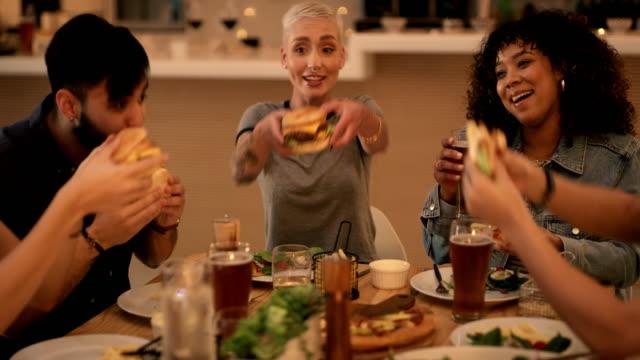 qual è il fine settimana senza amici e buon cibo - hamburger video stock e b–roll