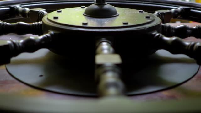 wheel helm of vintage ship - ster fragment pojazdu filmów i materiałów b-roll