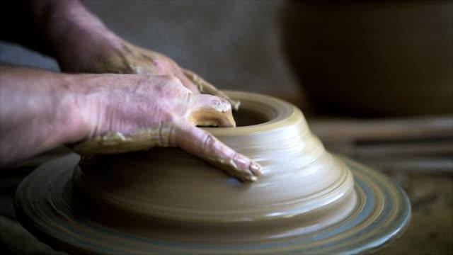 vídeos de stock, filmes e b-roll de processo da cerâmica da roda. - cerâmica artesanato