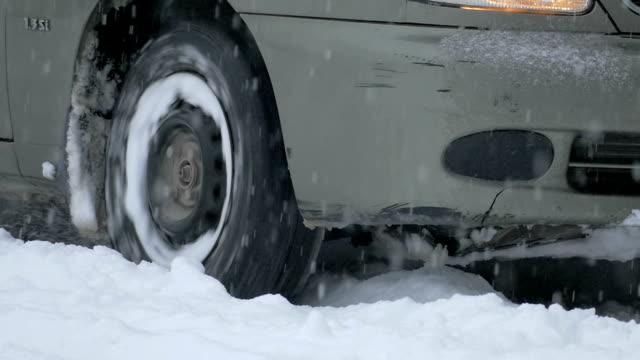 vídeos y material grabado en eventos de stock de deslizamiento sobre nieve rueda - nieve amontonada