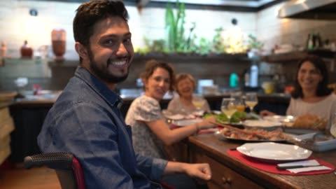 ritratto uomo sedia a rotelle a cena in famiglia - cena video stock e b–roll