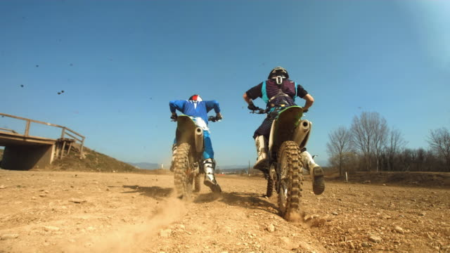 hd rallentatore: impennata motocross incidente - motocross video stock e b–roll